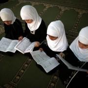 Moslemische Kinder lesen den Koran: Die Schweiz verweigert islamischen Kindergarten die Bewilligung Foto: picture alliance / landov