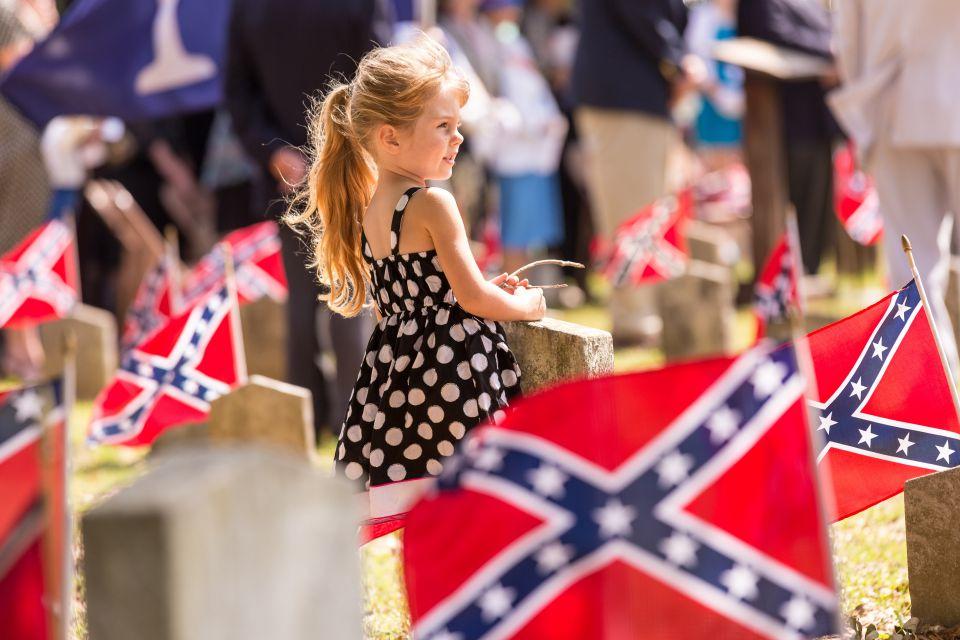 Flaggen auf einem Friedhof