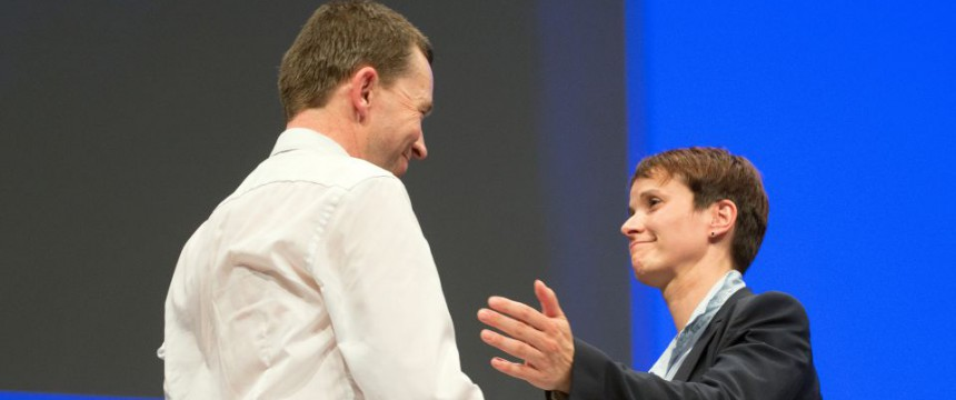 Bernd Lucke (l) gratuliert Frauke Petry: Der Machtkampf ist entschieden Foto: dpa