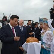 CHinas Präsident Xi Jinping wird in Ufa in Rußland mit Brot und Salz empfangen Foto:  picture alliance/dpa