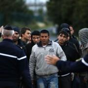 Französische Polizisten stoppen illegale Einwanderer in Calais bei dem Versuch, nach England zu gelangen Foto: picture alliance/dpa