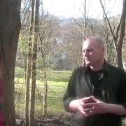 """Antifa-Autor Bernd Langer bei einer Veranstaltung der linksextremen Gruppierung """"Antifaschistische Linke International"""" 2010 Quelle: Youtube"""