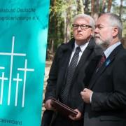 Volksbund-Präsident Markus Meckel (r) mit Außenminister Frank-Walter Steinmeier bei einer Gedenkveranstaltung auf dem Soldatenfriedhof in Halbe Foto: dpa