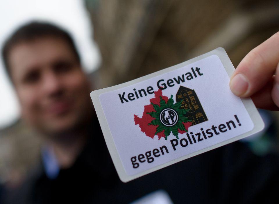Zettel auf einer Demonstration in Hamburg