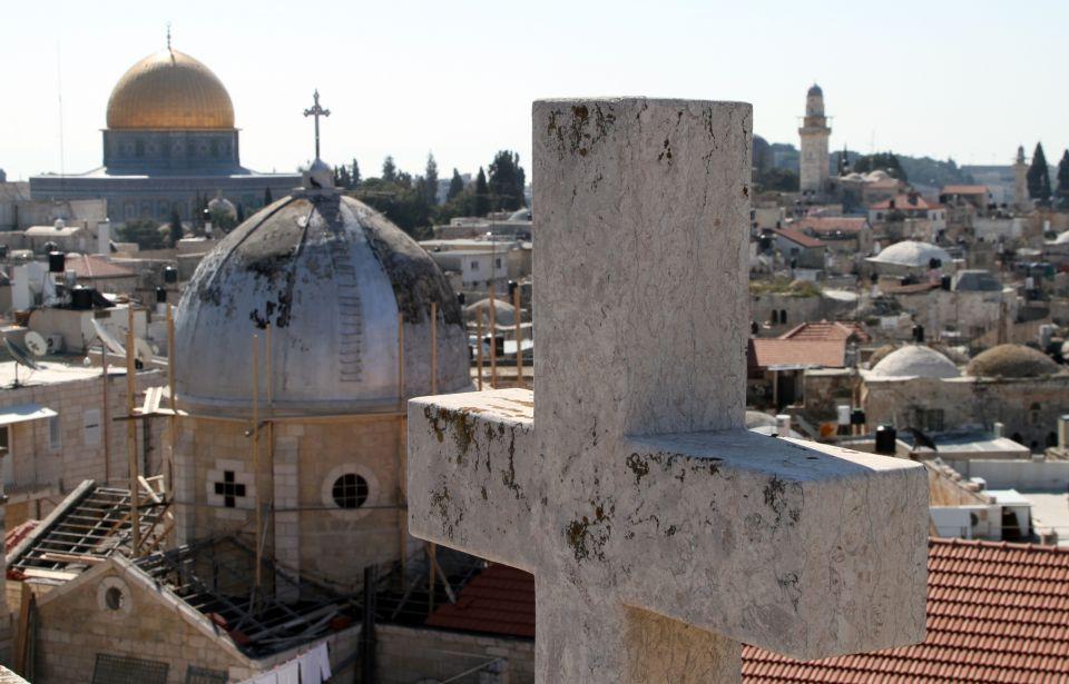Kreuz und Kirche in Jerusalem