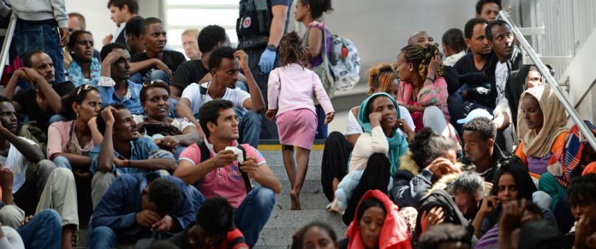 Neue Asylbewerber im Bahnhof von Rosenheim: Kosten von mindestens zehn Milliarden Euro Foto:  picture alliance / dpa