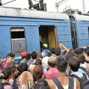 Asylbewerber stürmen in Mazedonien einen Zug: Kein Alarmismus, von einer Völkerwanderung zu sprechen Foto: picture alliance / PIXSELL