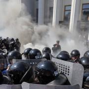 Explosion vor dem Parlament: Ausschreitungen in Kiew Foto: dpa