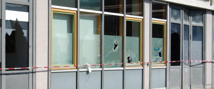 Zerstörte Fensterscheiben: Immer wieder Angriffe auf die AfD Foto: AfD Sachsen