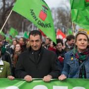 Grünen-Chef Cem Özdemir bei einer Demonstration gegen Pegida im April in Dresden Foto: picture alliance/dpa