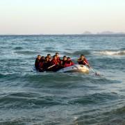 Ein Schlauchboot in der Ägäis: Angelockt durch falsche Versprechungen Foto: dpa