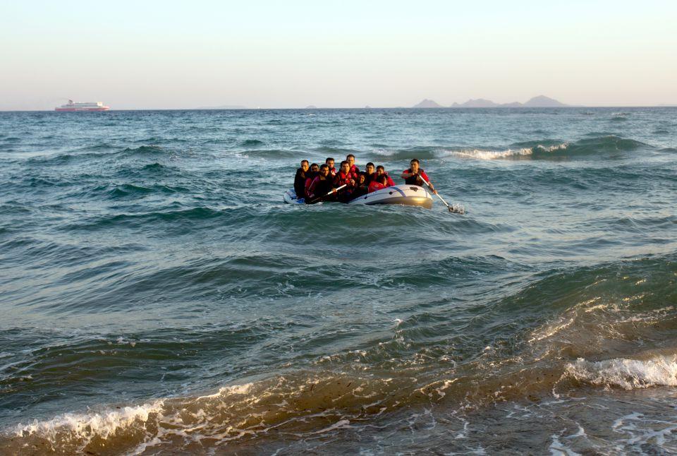 Ein Schlauchboot in der Ägäis