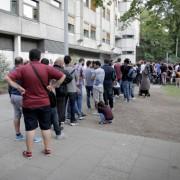 Asylbewerber stehen Schlange vor dem Landesamt für Gesundheit und Soziales in Berlin Foto: picture alliance/dpa