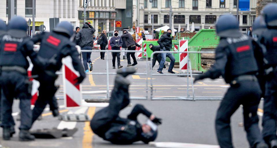 Linksextremisten bewerfen die Polizei mit Steinen