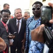 Bundespräsident Joachim Gauck besucht ein Flüchtlingslager auf Malta Foto: picture alliance/dpa
