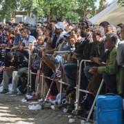 Asylbewerber vor der Zentralen Aufnahmeeinrichtung in Berlin Foto: picture alliance/Jochen Eckel