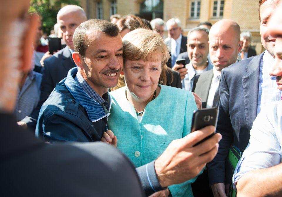 Bundeskanzlerin Angela Merkel (CDU) besucht eine Einrichtung für Asylbewerber in Berlin (Archivbild)