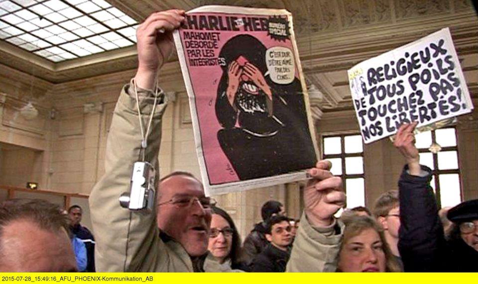 """Filmszene: """"Charlie Hebdo"""" empörte die Gemüter der anwesenden Prozeßbeobachter in Paris 2007 Foto: Phoenix"""