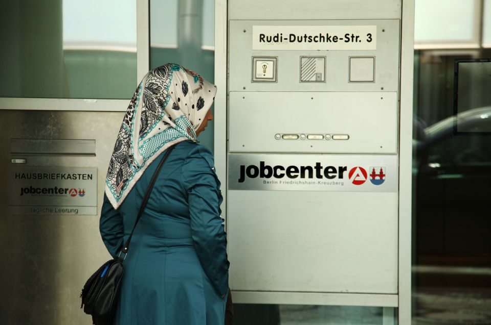 Frau auf dem Weg ins Jobcenter