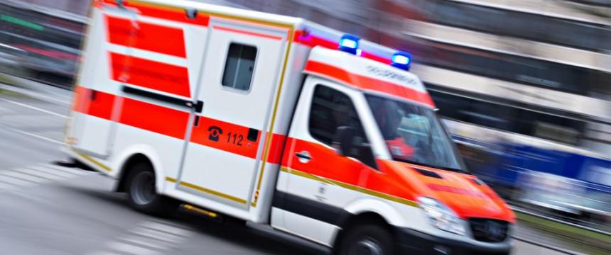 Krankenwagen (Symbolbild): Auch Wachmann verletzt Foto: dpa