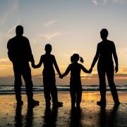 Familie am Strand (Symbolbild): Gender macht nicht glücklich, Kinder schon Foto: dpa