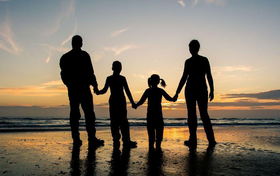 Familie am Strand (Symbolbild)
