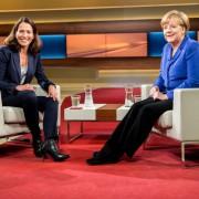 Anne WIll und Angela Merkel: Mit Kritik nicht behelligt Foto: dpa