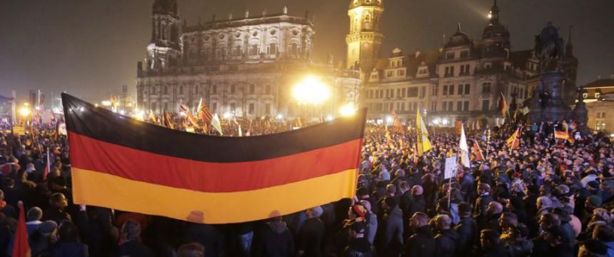 Pegida-Demonstration in Dresden: Zehntausende auf den Straßen Foto: dpa