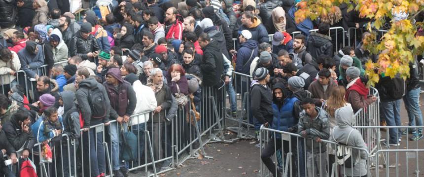 Asylbewerber warten in Berlin auf die Bearbeitung ihrer Anträge Foto: picture alliance / dpa
