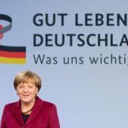 Bundeskanzlerin Angela Merkel vor einem Plakat: Bloß keine häßlichen Bilder produzieren Foto:  picture alliance / dpa