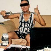 Dieb posiert mit Schwert: Polizei machtlos Foto: Facebook