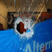 Zerstörte Fensterscheibe: 23 Anschläge allein in diesem Jahr Foto: AfD