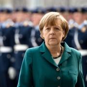 Angela Merkel vor der Ehrenformation der Bundeswehr: Selbstmord nach Kolonialherrenart Foto: dpa