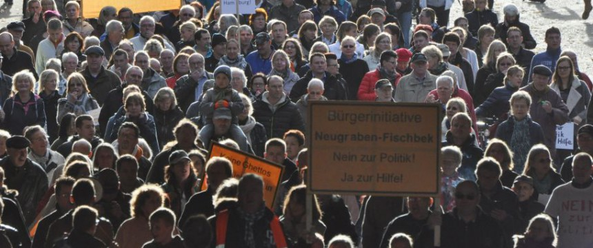 Demonstration gegen Massenunterkunft in Fischbek: Morddrohungen gegen Ehefrau Foto: dpa
