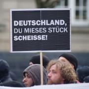 Plakat auf linksextremer Demonstration: Jusos wollen Vermummungsverbot kippen Foto: dpa