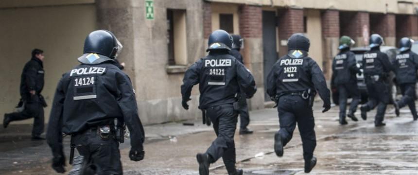 Polizeieinsatz in Tempelhof: Plant Berlin eine Mega-Unterkunft für 20.000 Asylbewerber? Foto: dpa