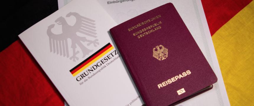 Reisepaß und Grundgesetz: Das eine nicht bekommen, weil man das andere nicht kennt Foto:  picture alliance/chromorange