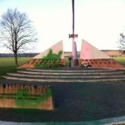 Geschändetes Denkmal für in amerikanischer Gefangenschaft gestorbene Deutsche Foto: Facebook