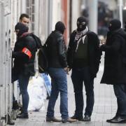 Brüssler Polizisten durchsuchen den Bezirk Molenbeek nach Beteiligten der Pariser Anschläge Foto: picture alliance/dpa