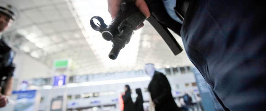 Polizist am Frankfurter Flughafen: Wann erreicht der Terror Deutschland? Foto: picture allaince/dpa