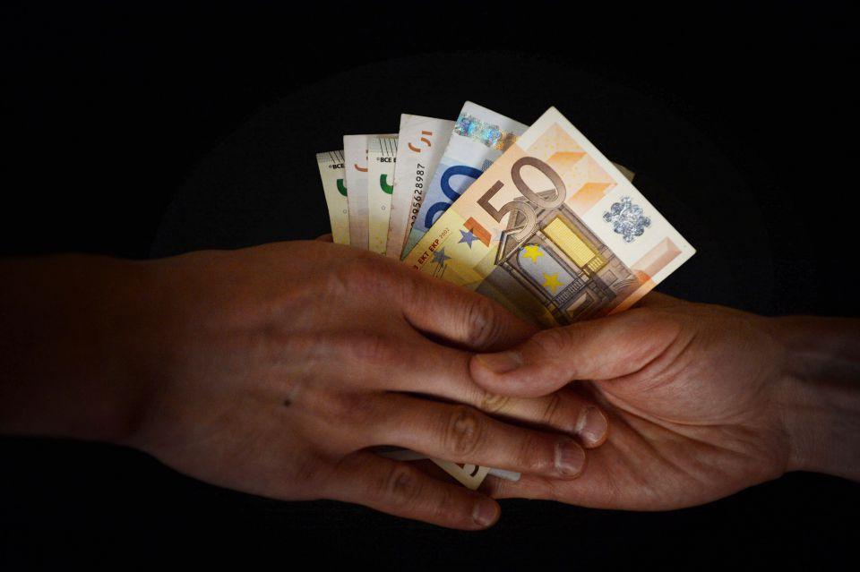 Geldübergabe (Symbolbild)