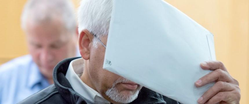 Der verurteilte Vater während der Verhandlung: Lebenslang Foto: dpa