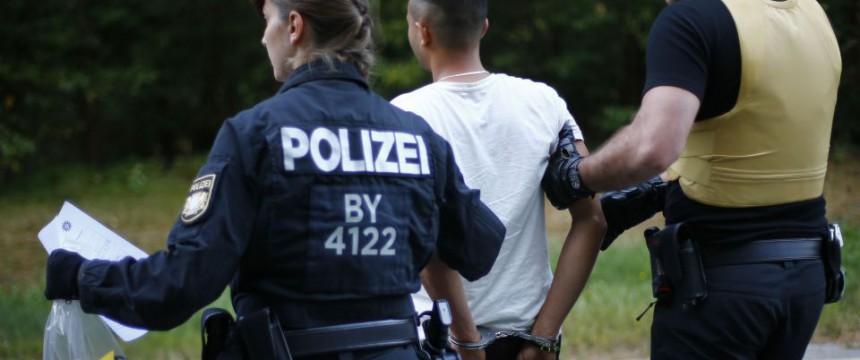 Festgenommener Syrer in Bayern: Gewalt durch Asylanten verheimlicht Foto: picture alliance / AP Images