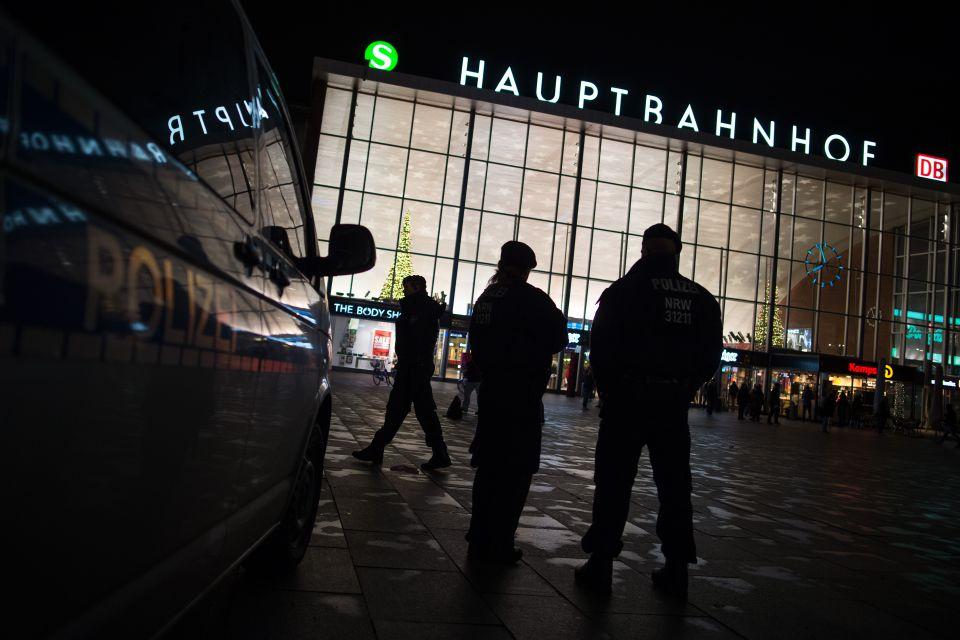 Polizisten vor dem Kölner Hauptbahnhof