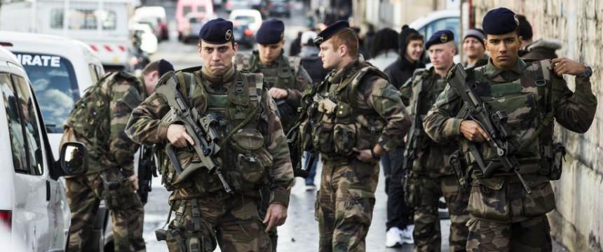Französische Soldaten nach dem Attentatsversuch auf eine Pariser Polizeistation: Der Täter war Asylbewerber aus Deutschland Foto:  picture alliance / AA