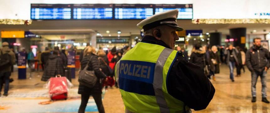 Polizist im Kölner Hauptbahnhof: Gabriel für schnellere Abschiebungen Foto: dpa