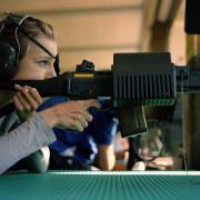 Mädchen mit Sturmgewehr beim traditionellen Schweizer Knabenschießen: Demokratien haben liberale Waffengesetze - Diktaturen nicht Foto:  Picture-Alliance / KEYSTONE