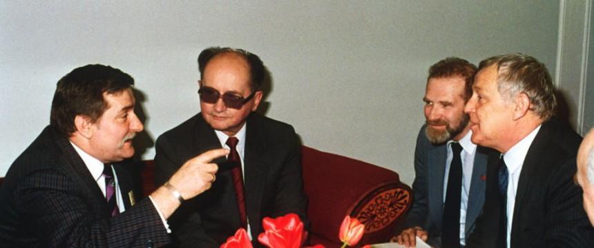 Lech Walesa (l.) mit General Jaruzelski (2. v. l.) im Jahr 1989: Polnische Stasi-Unterlagenbehörde sicher: Der frühere Staatspräsident war Geheimdienstspitzel Foto: dpa - Bildarchiv