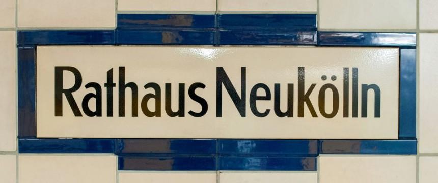 Schild Neukölln (Symbolfoto): Linksextremisten wollen kein Asylheim Foto: dpa