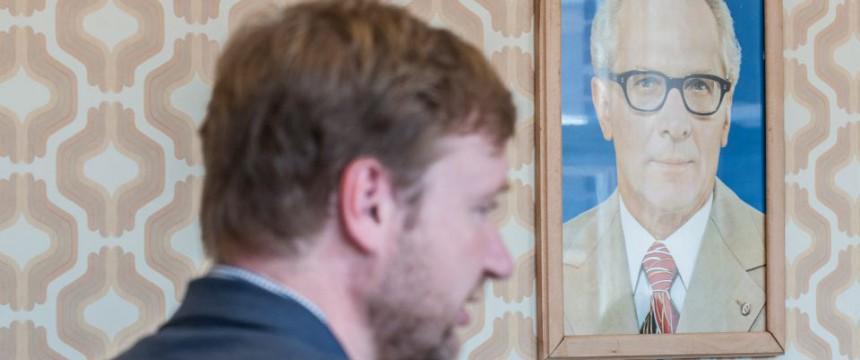 Tim Renner (links) und ein Bild von Honecker (weniger weit links): Humor ist, wenn man trotzdem lacht Foto: dpa